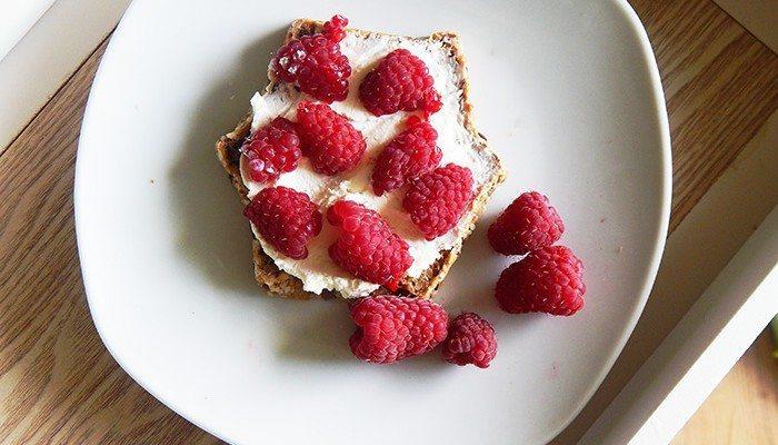 zdrowe tosty z malinami i twarozkiem