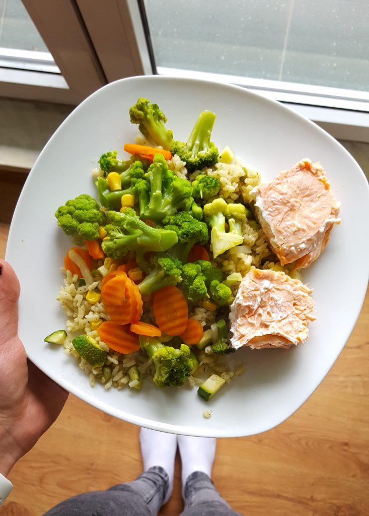 zdrowy posiłek, porcja warzyw i kanapka z łososiem