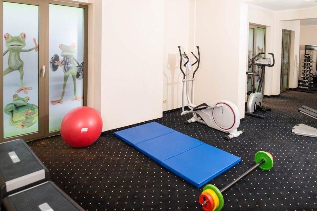 siłownia w hotelu, fit triki na urlop, jak trzymać forme na wakacjach,