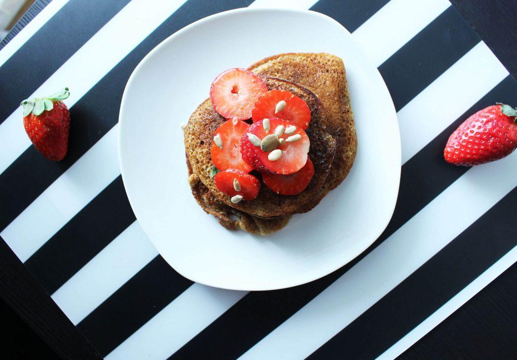 zdrowe placuszki, pancakes z malinami, zdrowy posiłek