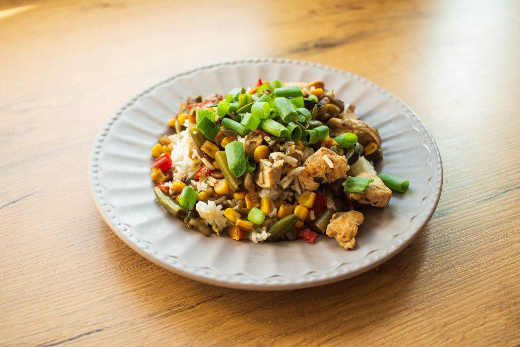 orientalny ryż z kurczakiem,