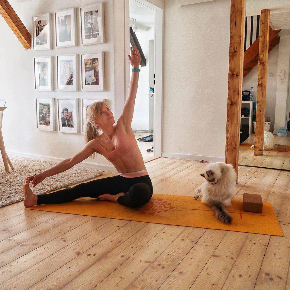 Marta Hennig, codziennie fit, kot Sznurek, ragdoll, rozciąganie, joga