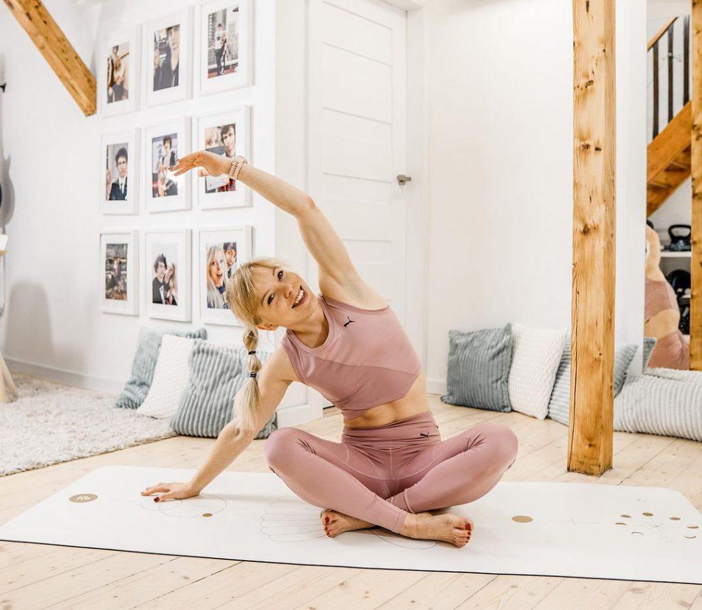 Marta Kruk z Codziennie fit rozciąga się na macie do jogi